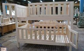 四方が柵で囲まれた、ひのきオーダー二段ベッド NO1608014