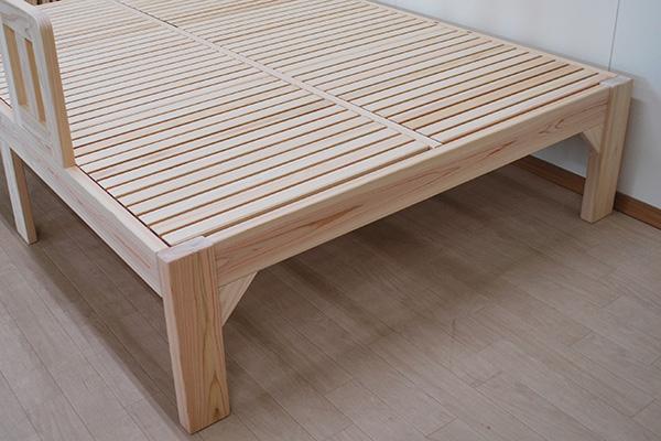 体格の大きい方の頑丈なベッド 掴まれれる取り外しできる柵付き2103034